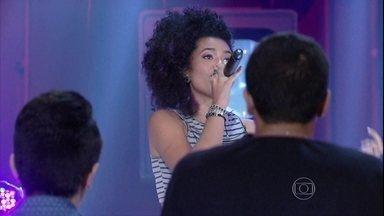 Bell Lins dá show no palco de Altas Horas - A menina ganha elogios de Serginho