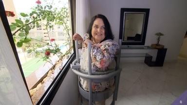 Filha inventa aparelho que faz com que a mãe levante da cadeira de rodas - Sem noção médica ou científica, ela estudou e sozinha criou o UP ROSE, equipamento que faz com que a mãe consiga ficar longos períodos em pé.