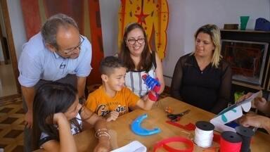 Fab Lab, Faça Você Mesmo: projeto produz prótese de mão para garoto - Ítalo, 7 anos, nasceu com uma malformação congênita na mão esquerda, que só tem o polegar. Será que o fab Lab consegue criar uma prótese para ele?