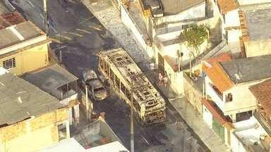 Ônibus e três carros são incendiados em Niterói - Bandidos atearam fogo nos veículos no bairro Engenhoca. O patrulhamento na região foi reforçado. Na madrugada desta terça-feira (8), um tiroteio assustou os moradores do Morro dos Marítimos.
