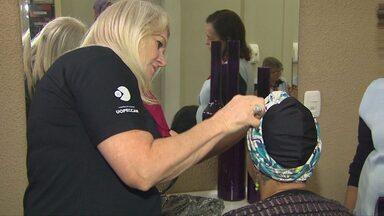 Voluntária ajuda a tornar menos dolorida a vida de mulheres que lutam contra o câncer - Começa o exemplo de dedicação de Íria Garmatz.