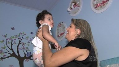 Mãe obtém visto para que bebê com doença rara faça terapia nos Estados Unidos - Após duas tentativas frustradas, embaixada liberou viagem para Boston. Com isso, menina, que mora em Goiânia, poderá participar de pesquisas em hospital especializado nos EUA.