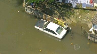 Moradores sofrem com alagamento de ruas na Zona Leste da capital - Várias ruas estão alagadas e as pessoas precisam andar com a água pela cintura na Vila Itaim. Há 15 dias os moradores enfrentam essa situação no bairro.