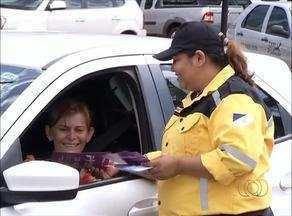 Mulheres recebem orientação sobre cuidados no trânsito - Mulheres recebem orientação sobre cuidados no trânsito