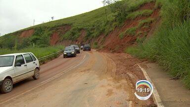DER faz vistoria na SP-50 após deslizamentos - Chuva causou estragos na rodovia na noite desta segunda-feira.