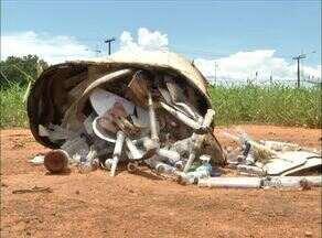Seringas e frascos são descartados em local impróprio - Seringas e frascos são descartados em local impróprio
