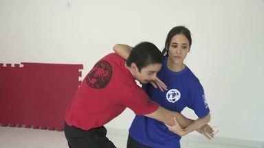 Mulheres têm buscado cursos de defesa pessoal para se sentirem seguras - A busca por cursos de artes marciais e de defesa pessoal tem crescido entre as mulheres. O motivo é a constante insegurança e o alto número de casos de assédio contra a mulher.