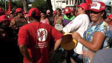Trabalhadoras rurais ocupam secretaria de agricultura em Maceió - Ato foi realizado para chamar a atenção para a luta das mulheres sem terra. Centenas de trabalhadoras rurais estiveram no local.