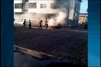 Carro pega fogo em Divinópolis - Telespectador enviou vídeo pelo WhatsApp à TV Integração.
