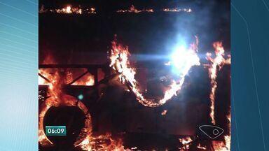 Ônibus pega fogo e fica destruído na Serra, ES - Incêndio aconteceu na noite da segunda-feira (7).