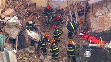 Explosão de gás de cozinha faz quatro vítimas na Grande São Paulo - Quatro pessoas estariam na casa que explodiu. Uma delas foi socorrida. Os bombeiros fazem o trabalho de resgate.
