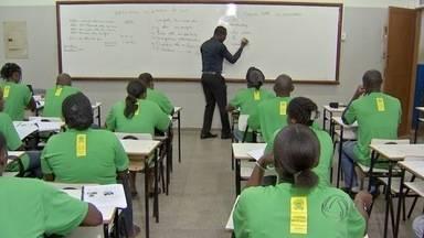 Haitianos aprendem língua portuguesa em escolas de MS - Curso é oferecido nas escolas estaduais João Carlos Flores, no bairro Rita Vieira, e na escola Orcírio Thiago de Oliveira, na Vila Progresso.