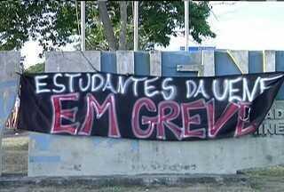 Estudantes da Uenf, em Campos, entram em greve e fecham acessos da universidade - Alunos reivindicam pagamento das bolsas.