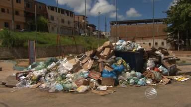 Flagrante: lixo acumulado é visto em frente a parque infantil na Estrada da Rainha - De acordo com os moradores, o lixo não é recolhido do local desde sábado (5).