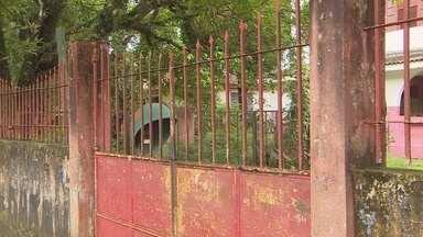 Escola histórica do Amapá está abandonada há dois anos - A escola estadual Barão do Rio Branco, a primeira escola em alvenaria do Amapá, está fechada há mais de dois anos. O prédio chegou a entrar em reforma em 2013, mas sem avanços. Agora, o lugar que carrega parte da história do estado, está tomado por mato, cupins e rachaduras.