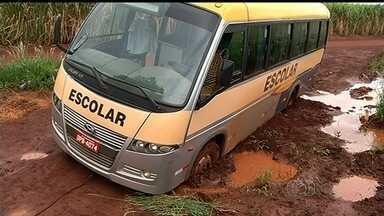 Motoristas reclamam de trecho precário da GO-206, entre Itumbiara e Cachoeira Dourada - São cerca de 20 quilômetros cheios de buracos na rodovia.