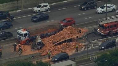 Dois caminhões se envolvem em acidente na Marginal Tietê, em São Paulo - Dois caminhões que carregavam tijolos bateram na pista que segue na direção da Ayrton Senna e Castelo Branco. Um homem morreu e outras duas vítimas foram hospitalizadas.