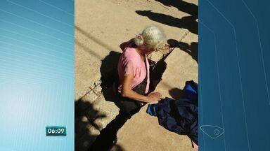 Buracos nas ruas de Flexal oferecem riscos a população de Cariacica, no Espírito Santo - No sábado passado uma idosa caiu em um buraco. Prefeitura tapou algum dos buracos.