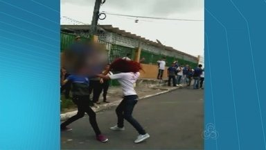 Vídeo mostra briga entre alunas de escolas públicas no AM - Cena foi gravada em Manaus.