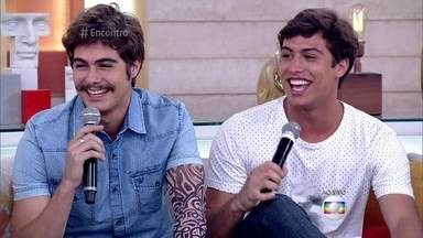 Rafa e Francisco Vitti falam sobre o estilo - Irmãos contam como gostam de se vestir. Rafael fala sobre o bigodinho que está usando para o personagem da novela 'Velho Chico'