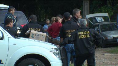 Famílias são retiradas de área na vila Domitila - Área entre o Ahú e o Cabral é alvo de disputa judicial entre o INSS e moradores - que dizem ter documentos que comprovam a posse dos terrenos.