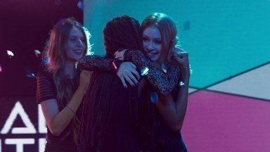 Eliza vence o concurso Garota Totalmente Demais - Enquanto Arthur e Max comemoram voto de Helena Fernandes, Carol fica abalada com resultado
