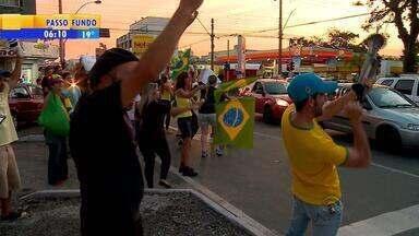 Manifestantes voltam a protestar contra Dilma e Lula em Porto Alegre - Ato teve início por volta das 17h de quinta-feira (17) na lateral do Parcão.