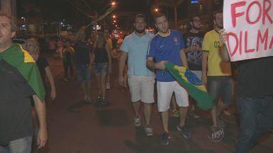 Manifestantes contra o Governo Federal vão pras ruas de Piracicaba - O protesto começou no fim da tarde desta quinta-feira.