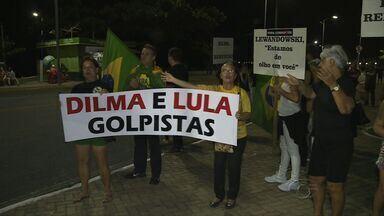 Manifestantes fazem ato em defesa do impeachment de Dilma em Maceió - Grupo vai fazer vigília para acompanhar a sessão da Câmara. Eles estão vestidos de preto simbolizando luto pelo país.