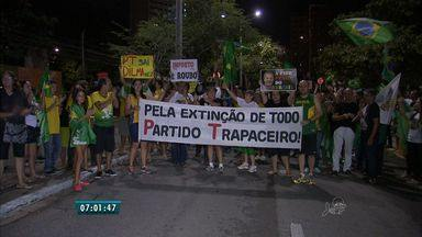 Manifestantes realizam protesto em frente à sede do Governo do Ceará - A manifestação prosseguiu para a Praça Portugal onde, de acordo com os organizadores, reuniu cerca de 600 pessoas.