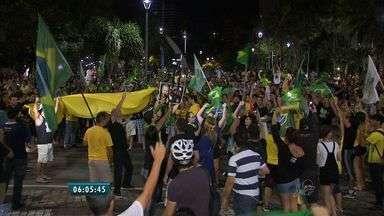 Entidades e manifestantes realizam atos em Fortaleza contra Governo Federal - Grupo de pessoas se reuniram na Praça Portugal, além disso, juízes federais e membros da OAB CE manifestaram apoio as investigações da Operação Lava Jato.