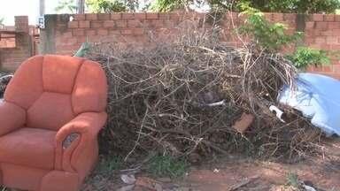 Moradores reclamam da quantidade de entulho em bairro de Cacoal - Residentes afirmam que há mais de duas semanas o lixo não é recolhido.