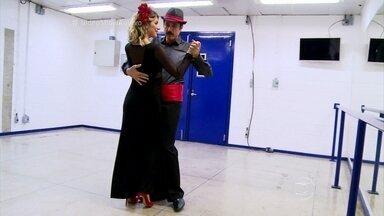Eriberto Leão dá aula de tango para Giovanna Ewbank - Ator diz que aprendeu a dançar para compor seu personagem Ernesto de Êta Mundo Bom!