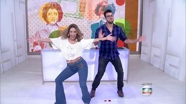 Maíra Charken faz a loira do É o Tchan a pedido de Camila Camargo - Apresentadora é surpreendida com mensagens de amigos e mostra seu talento na dança