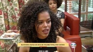 Blogueira Rayza dá dicas de volume total nos cachos - Rayza ensina o segredo dos seu cachos