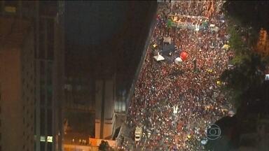 Manifestação a favor do governo Dilma leva milhares de pessoas às ruas - Manifestantes foram às ruas em todos os estados e no Distrito Federal nesta sexta-feira (18), em atos a favor da presidente Dilma Rousseff e do ex-presidente Lula. Segundo o G1, o Portal de Notícias da Globo, foram os maiores atos a favor do governo.