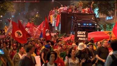 Milhares de pessoas foram às ruas em apoio à presidente Dilma Rousseff e ao PT - Em Curitiba, os manifestantes saíram da praça Santos Andrade e caminharam pelas ruas do centro da cidade.
