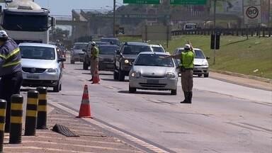 Polícia Militar Rodoviária e DER fazem operação para conscientizar motoristas em MG - Medidas de segurança são importantes para evitar acidentes no feriado prolongado da Semana Santa.