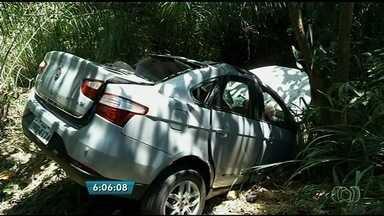Pai e filha morrem em acidente que pode ter sido causado por buraco na BR-153, em Goiás - Outras três pessoas estavam no mesmo carro e ficaram feridas, na BR-153. Motorista perdeu o controle da direção e veículo caiu em ribanceira.