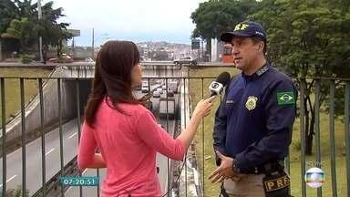 Oitocentos mil veículos devem passar pelas rodovias de Minas durante feriado - Entrevista ao vivo com o inspetor da Polícia Rodoviária Federal Aristides Júnior.