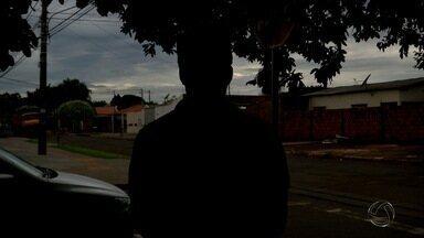 Taxista é rendido por ladrões e colocado no porta-malas do carro em Campo Grande - O taxista foi colocado no porta-malas, mas conseguiu fugir. Quando os bandidos reduziram a velocidade em um semáforo, ele abriu a tampa e pulou do carro.