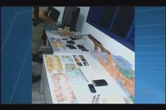 Suspeitos de tráfico de drogas e porte de armas são detidos em Ituiutaba - Dupla foi detida na madrugada desta sexta-feira (25). Eles tinham passagens e foram encaminhados para delegacia.