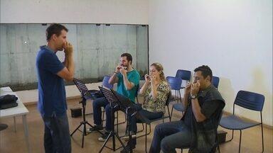 Escola de choro do DF tem mais de mil alunos e ensina 13 instrumentos - O objetivo é preservar as tradições desse estilo musical, como a informalidade das rodas de choro.
