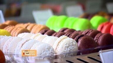 Empresária investe no mercado corporativo para reverter queda nas vendas - A confeiteira Mayra Toledo vende macarron, doce típico francês, desde 2012. Para driblar queda na venda varejista, ela optou por vender os doces para as empresas como brinde. Uma rede de franquias de cookies também fatura vendendo para empresas.