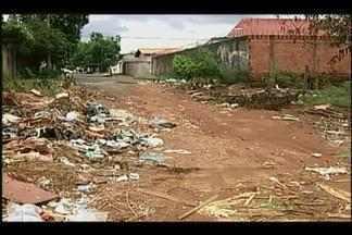 Moradores de Uberaba manifestam preocupação com lixos espalhados pelos bairros - Alguns locais podem servir como criadouros do mosquito Aedes aegypti. Prefeitura informou que irá mandar equipes para locais onde foram as denúncias foram filmadas.