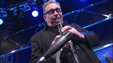O músico Ubaldo Versolato mostra todo seu talento - Jô Soares revela quem serão seus entrevistados