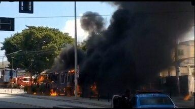 Protesto contra a morte de um menino de quatro anos termina em vandalismo no RJ - Bala perdida acertou Rian Gabriel, no domingo (27). Ele não resistiu e morreu.