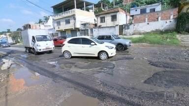 Moradores do Jardim Gláucia, em Belford Roxo, pedem pavimentação - Essa é a segunda vez que o RJ Móvel estaciona na avenida Automóvel Clube, no bairro Jardim Gláucia. Moradores e motoristas reclama dos buracos na via.