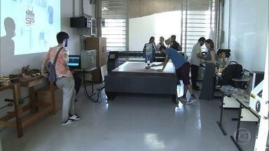Começa a funcionar laboratório digital no CEU Heliópolis, na Zona Sul - O Laboratório de Fabricação Digital, conhecido como Fab Lab, é uma das dez unidades da capital que funcionam como espécies de centro de pesquisa. Esses laboratórios oferecem equipamentos de alta tecnologia, como impressoras 3D, plotter de recorte, cortadora a laser ou osciloscópio digital.