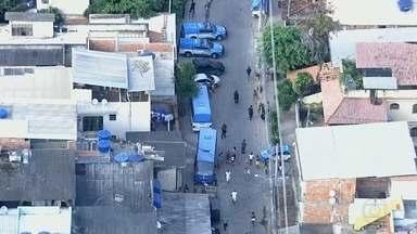 Operações da PM na Cidade de Deus mudam a rotina de moradores de Jacarepaguá - Uma operação era para buscar traficantes na comunidade. Ao mesmo tempo, houve a reintegração de posse de um loteamento dentra da mata. A avenida Miguel Salazar Mendes de Moraes foi interditada.